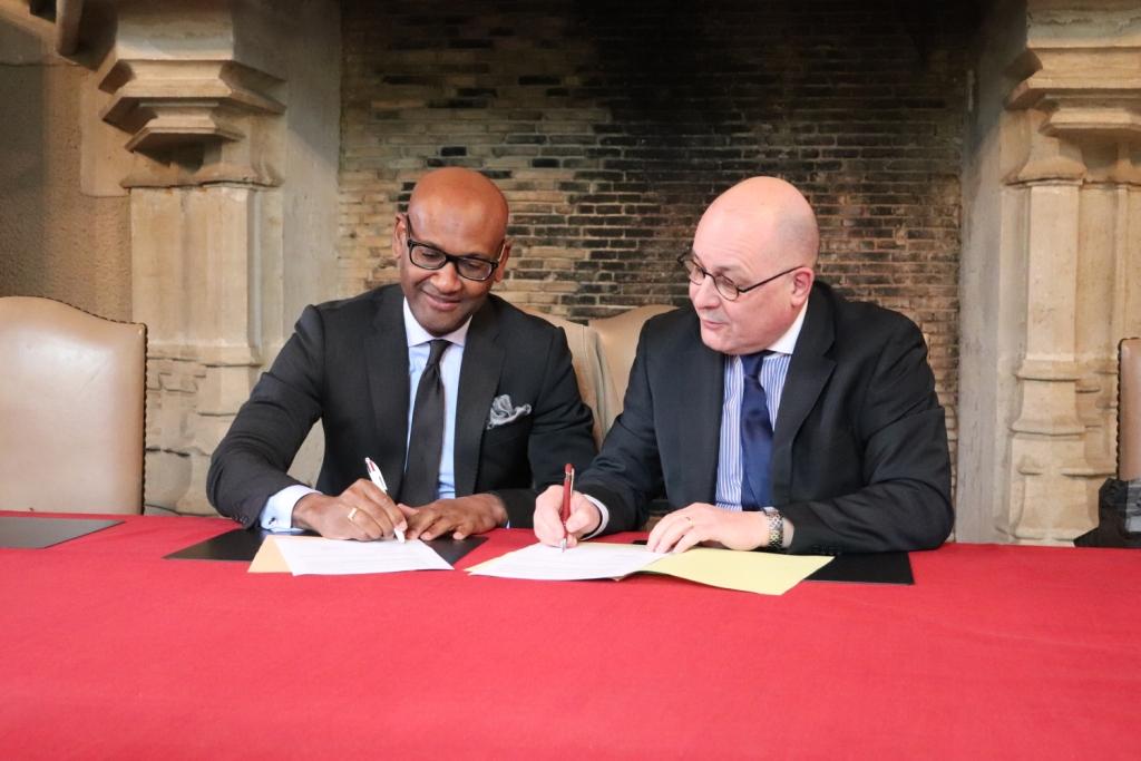 M. Lawal (directeur de l'EPL Le Robillard) et Gilles Maléfan (directeur régional du Cnam Normandie) signe le partenariat donnant naissance à la Licence Professionnelle de Conseiller en élevage spécialisé en bien-être animal (BEA)